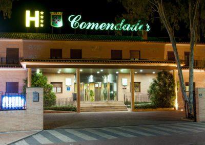 fachada-noche-hotel-comendador