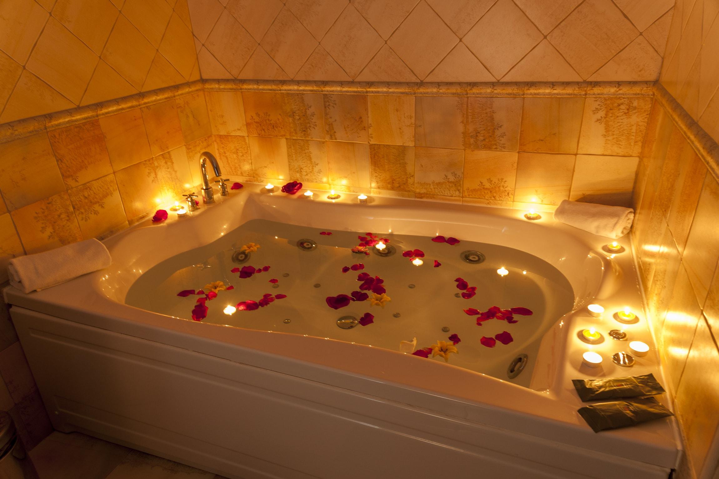 Jacuzzi-bañera de hidromasaje para dos personas de nuestra Junior Suite